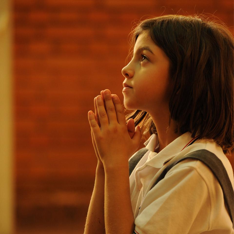nina-rezando